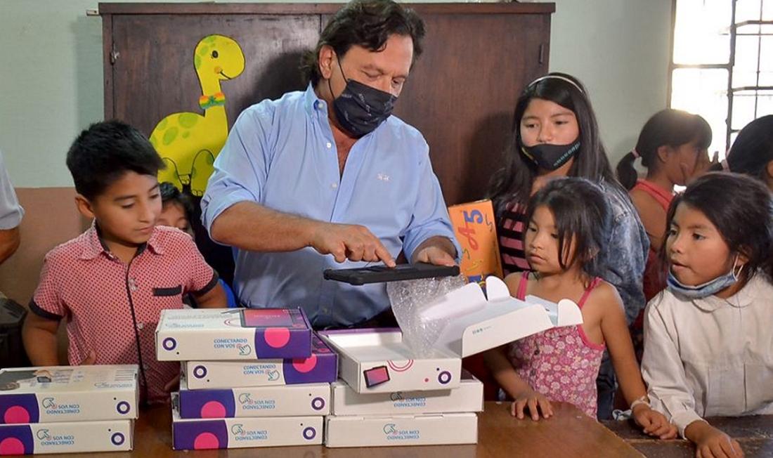 Niños de la Casita de Belén recibieron del Gobernador tablets para apoyo escolar